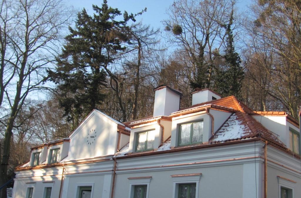 Zróżnicowane kąty pochylenia połaci dachu.
